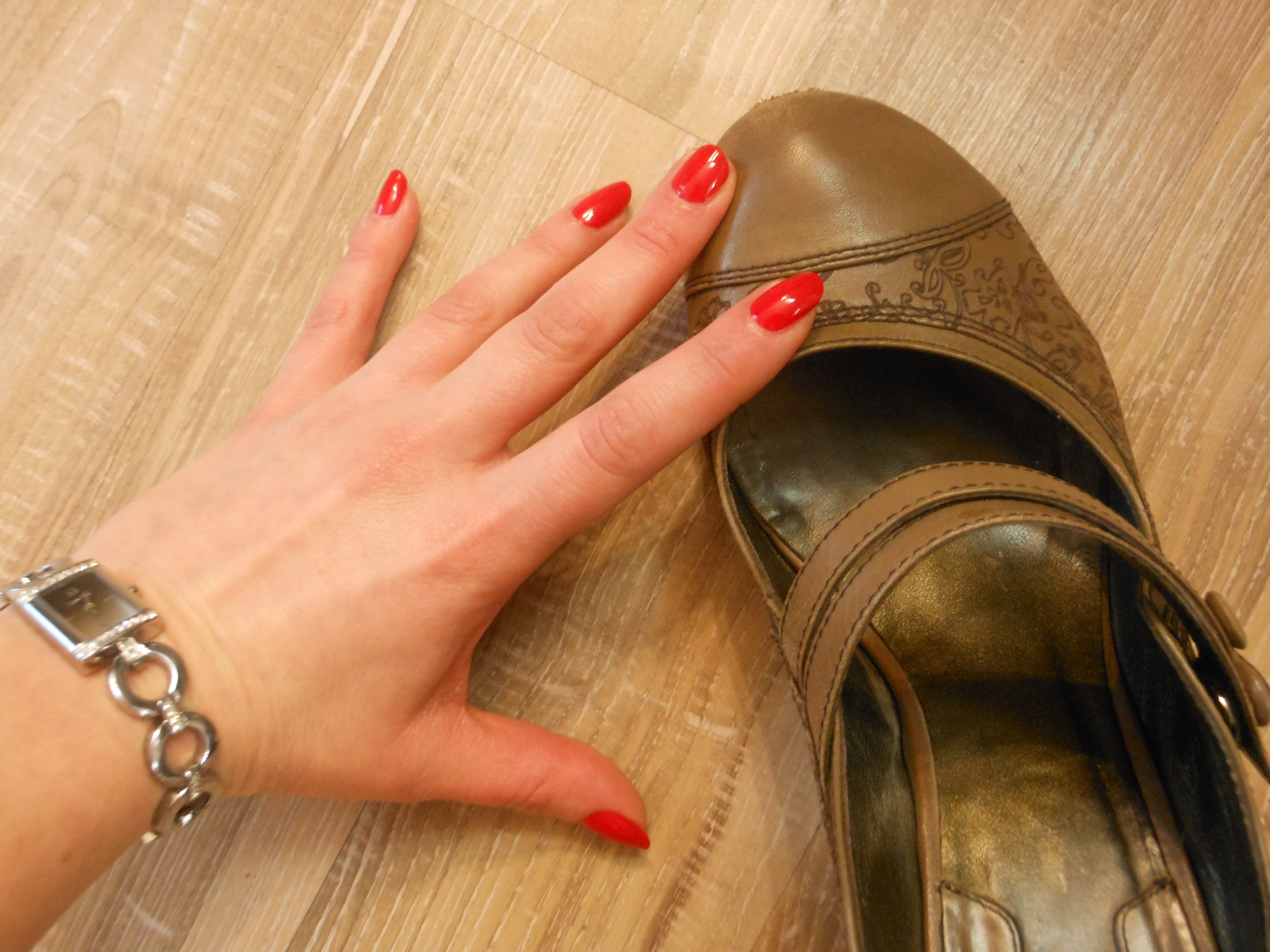 My first p dicure un pied d enfer cupcake baston et talons hauts - Pied vernis rouge ...