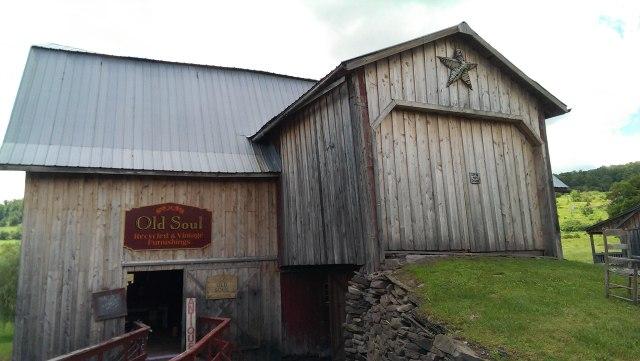 Sur la route, une ancienne grange américaine, retapée en brocante pleine de merveilles. Si vous y passez, demandez Maureen, l'adorable propriétaire!
