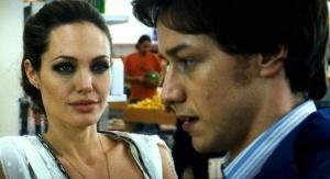 Faire ses courses et se faire emmerder par Angelina Jolie, le dur quotidien de James.