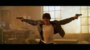 Pour se muscler, James soulève des pistolets.
