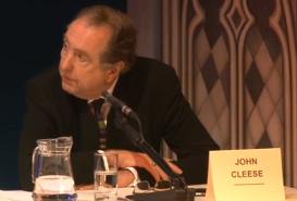 Eric Idle, et non pas John Cleese! Quel fou-fou!