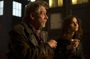 Clara et le War Doctor. On a toujours le temps pour une tasse de thé, même quand l'univers est menacé